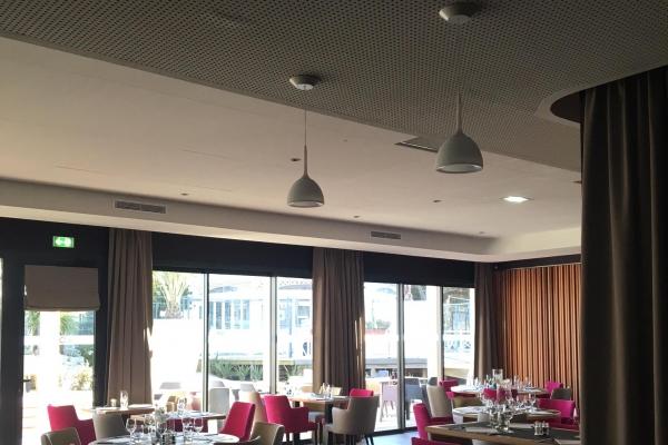 plafonds-suspendus-laine-de-verre-casino-des-sables-d-olonne-salle-restaurant-ecophon-focus-ds-holding-pichaud-vinetE63C09EA-7F5B-A59B-D53E-4F983B084E4C.jpg