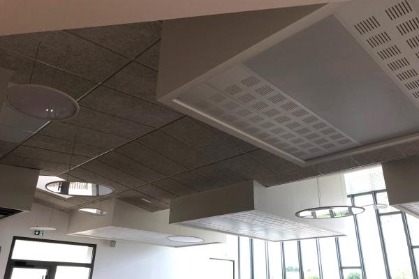 plafond-bois-1200x600x35-mm-decaisse-avec-gytone-1800x300-pichaud-vinet-10CB1F09E-877A-FE3E-CB55-3A7AA6307578.jpg